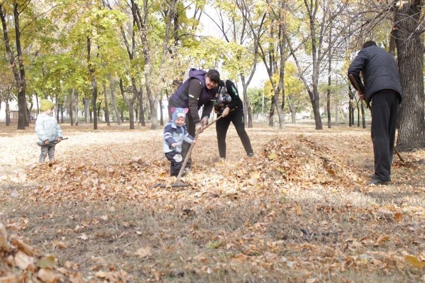В Доброполье 4 переселенца провели субботник в сквере у дворца культуры (ФОТО), фото-3