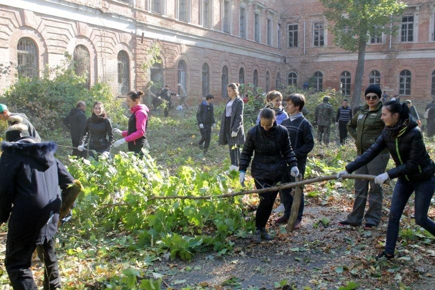 Патріоти Полтави прибрали територію Кадетського корпусу (фото) - фото 1