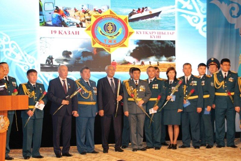 136 мангыстауцев наградили юбилейными медалями в честь Дня спасателя (ФОТО) (фото) - фото 3