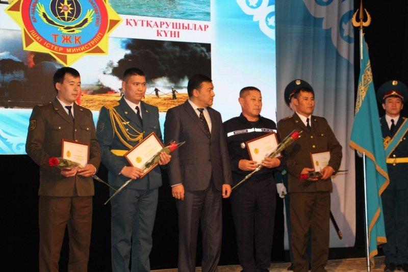 136 мангыстауцев наградили юбилейными медалями в честь Дня спасателя (ФОТО) (фото) - фото 1