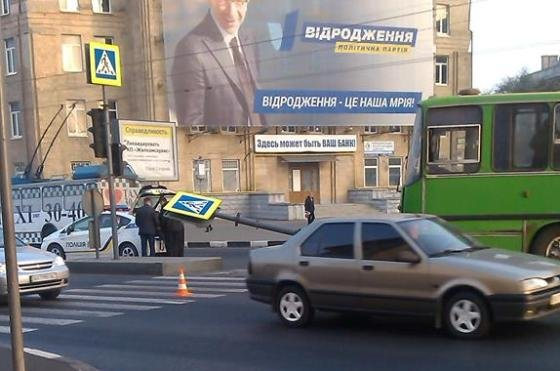 На проспекте Гагарина маршрутка врезалась в светофор (фото) - фото 1