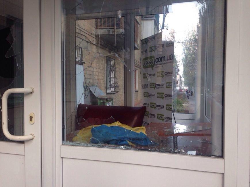 На Донеччині напередодні виборів невідомі напали на редакцію незалежного видання. Напад стався після конфлікту з мером, фото-1