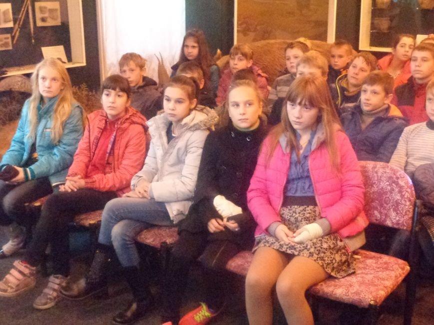 «Україно, будь єдиною!» - к 25-летию студенческой «Революции на граните» в Красноармейском историческом музее прошел Урок памяти (фото) - фото 1