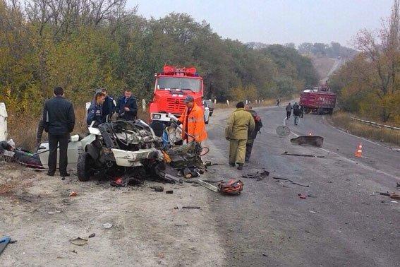 Под Кременчугом в страшном ДТП погибло четыре человека: ВАЗ вьехал в грузовик (фото) - фото 3