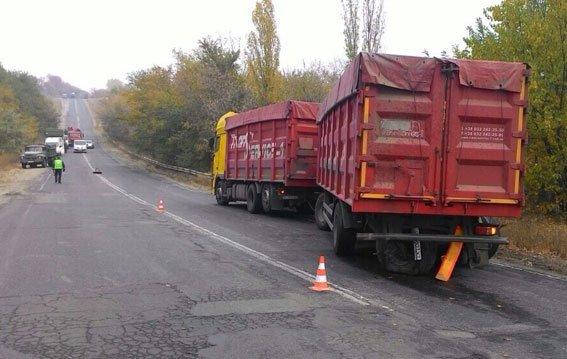 Под Кременчугом в страшном ДТП погибло четыре человека: ВАЗ вьехал в грузовик (фото) - фото 2