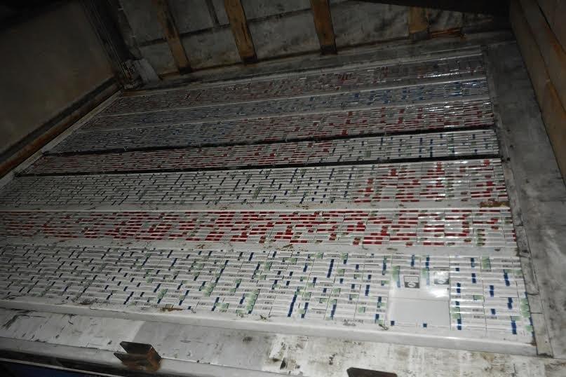 Львівські митники знайшли у вантажівці понад 3 тис. пачок сигарет (ФОТО) (фото) - фото 1