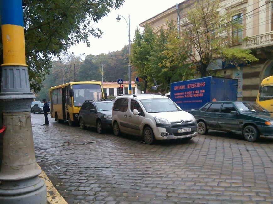 По вулиці Головній у Чернівцях зіткнулися три машини (фото) - фото 1