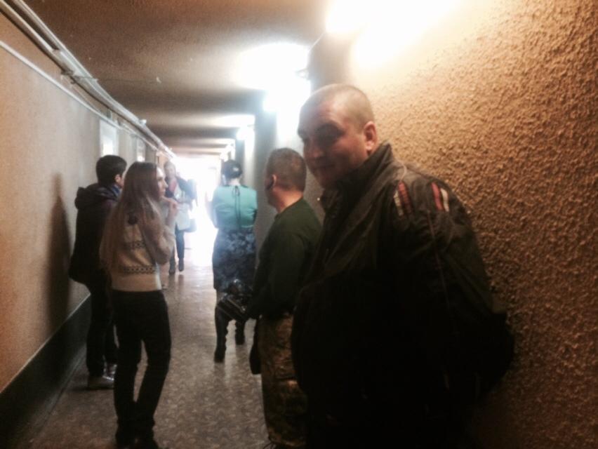 Кандидат в мэры обвинил милицию в том, что ее сотрудники незаконно находятся в помещении Мариупольского горизбиркома (ВИДЕО) (фото) - фото 1