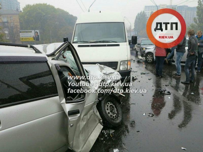 На Победы столкнулись три автомобиля, один человек в реанимации (ФОТО) (фото) - фото 5