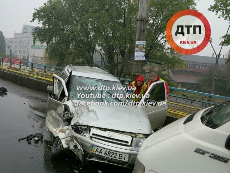 На Победы столкнулись три автомобиля, один человек в реанимации (ФОТО) (фото) - фото 1