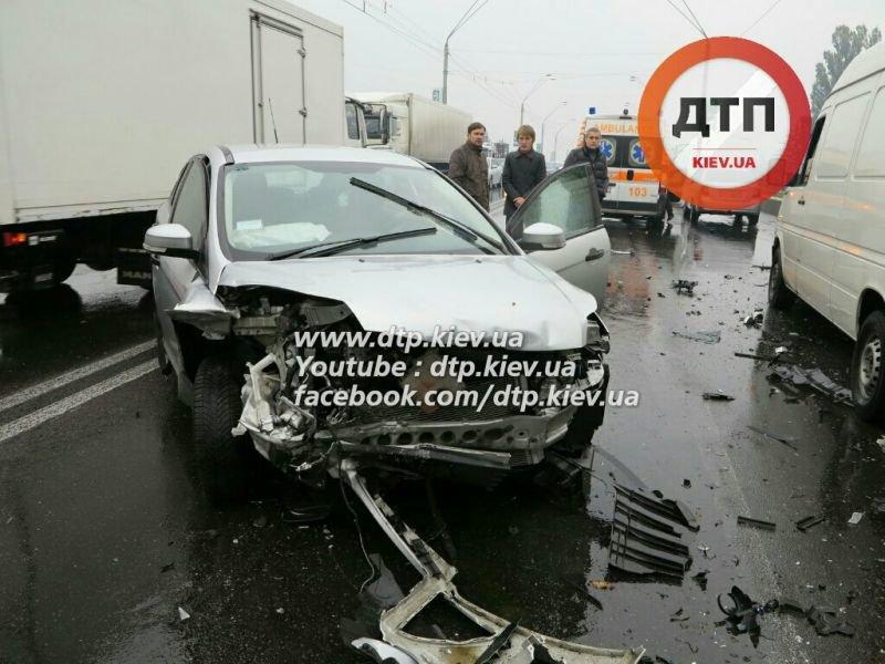 На Победы столкнулись три автомобиля, один человек в реанимации (ФОТО) (фото) - фото 2