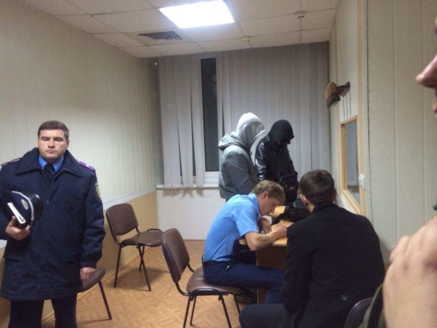 В здании Мариупольского избиркома задержали двух парней в спортивной одежде (ФОТО) (фото) - фото 1