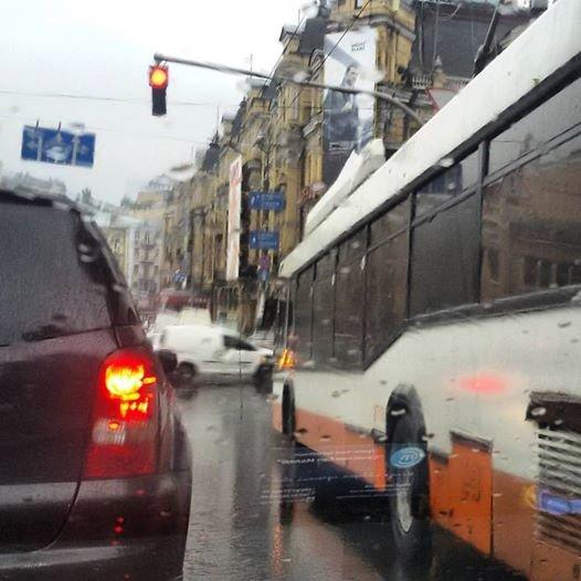 В центре Киева из-за обрыва проводов остановились троллейбусы (ФОТОФАКТ), фото-1