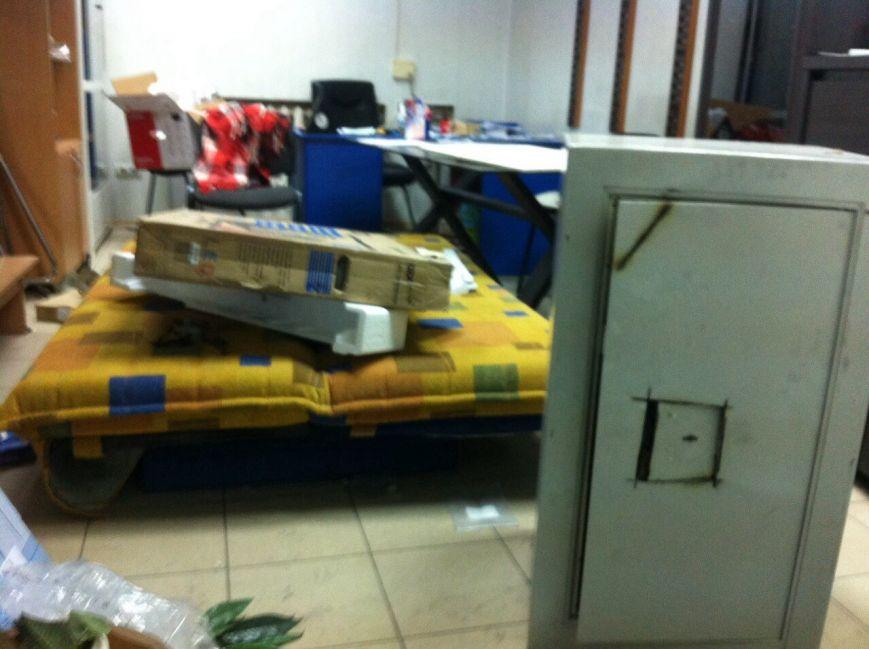 В Мариуполе  борьба с незаконными обменниками достигла пика. Обменники рубят - щепки летят (ФОТО), фото-2