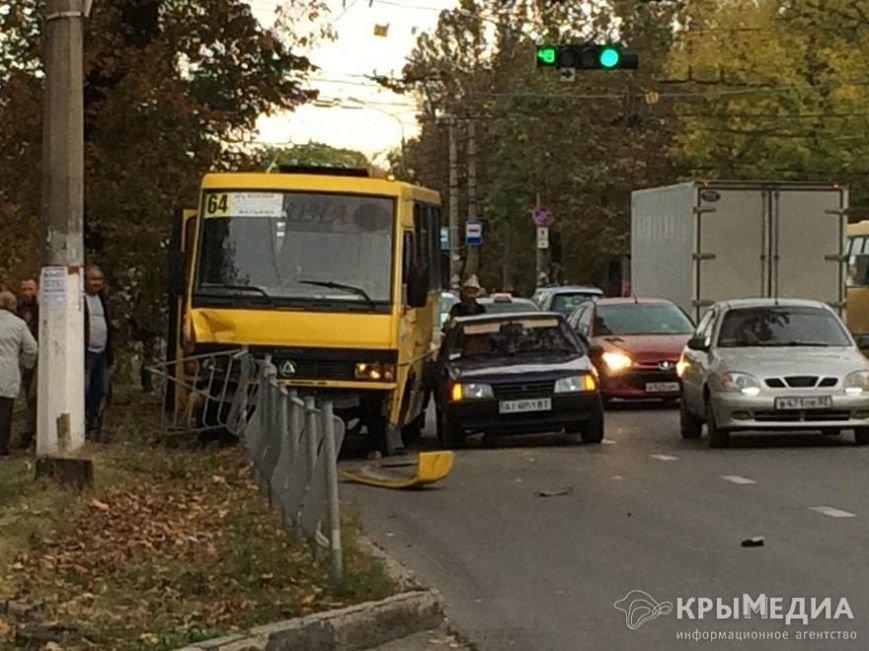 В Симферополе полная пассажиров маршрутка снесла дорожное ограждение (ФОТО) (фото) - фото 1