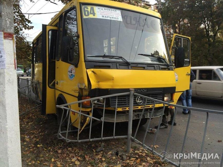 В Симферополе полная пассажиров маршрутка снесла дорожное ограждение (ФОТО) (фото) - фото 2