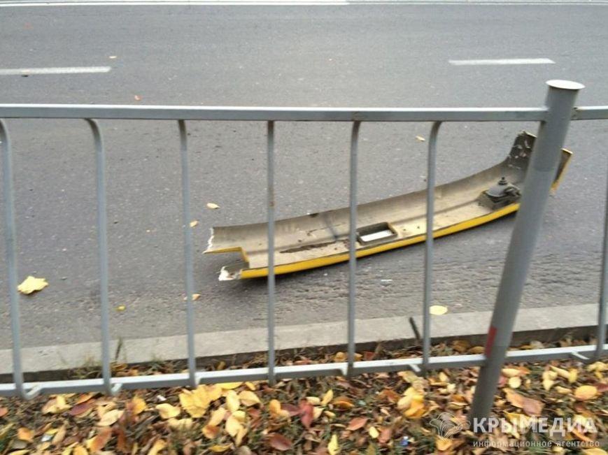 В Симферополе полная пассажиров маршрутка снесла дорожное ограждение (ФОТО) (фото) - фото 3