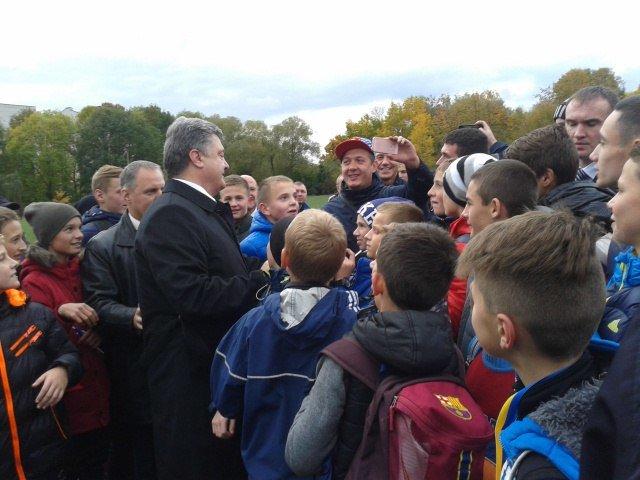 Петро Порошенко приїхав на стадіон із запізненням на 1,5 години (фото) - фото 1