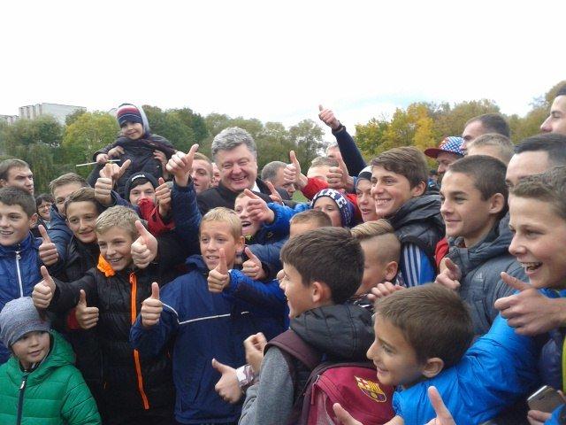 Петро Порошенко приїхав на стадіон із запізненням на 1,5 години (фото) - фото 2