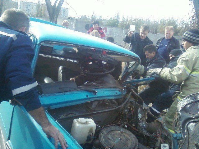 Спасатели ГСЧС помогли врачам скорой помощи достать из автомобиля водителя, пострадавшего в ДТП (ФОТО) (фото) - фото 1