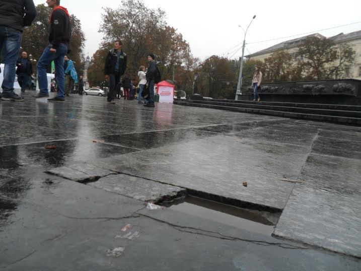 Львів'яни скаржаться на стан площі перед пам'ятником Тарасу Шевченку (ФОТО) (фото) - фото 1