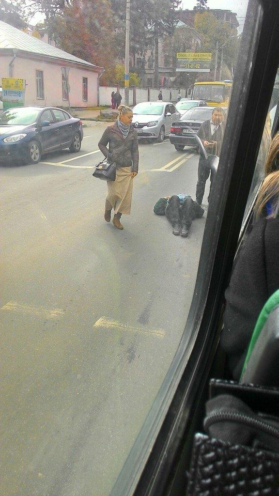 На пішохідному переході у Чернівцях маршрутка збила людину (фото) - фото 1