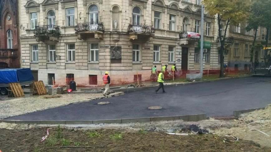 У Львові кладуть асфальт під час дощу (ФОТО+ВІДЕО) (фото) - фото 1