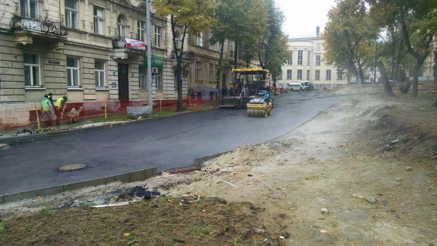 У Львові кладуть асфальт під час дощу (ФОТО+ВІДЕО) (фото) - фото 2