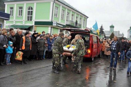 На Тернопільщині сотні людей провели в останню путь загиблого воїна Віталія Фурсика (фото) - фото 1