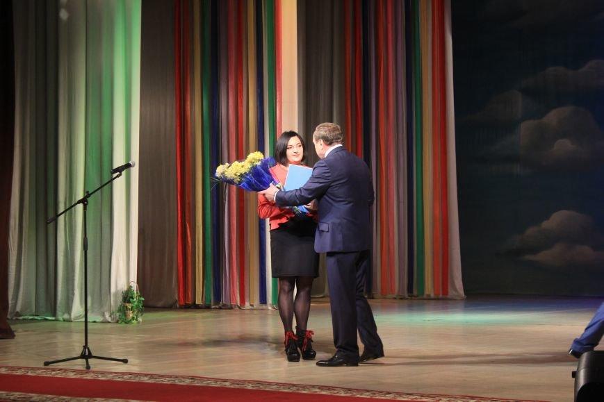 В Днепродзержинском театре ко Дню освобождения города состоялся праздничный концерт, фото-7
