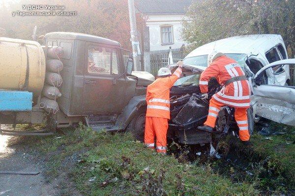 На Тернопільщині рятувальникам довелося «вирізати» водія з салону автомобіля (фото) (фото) - фото 1