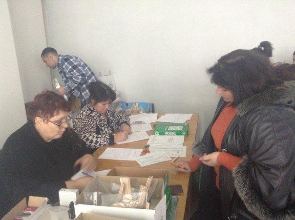 Заседание Красноармейской избирательной комиссии вновь переносится на неопределенный срок, тем временем  члены УИК получают канцелярию (фото) - фото 2