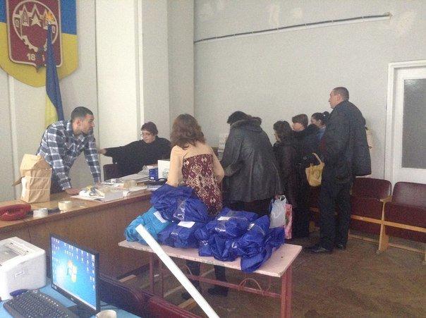 Заседание Красноармейской избирательной комиссии вновь переносится на неопределенный срок, тем временем  члены УИК получают канцелярию (фото) - фото 1