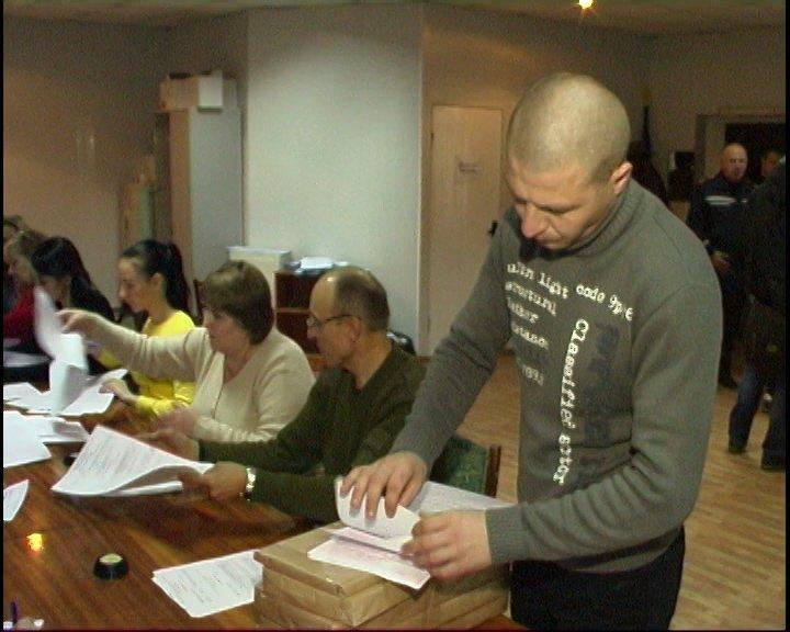 Кременчугские пожарные проверили все избирательные участки на наличие огнетушителей и эвакуационных путей (фото) - фото 1
