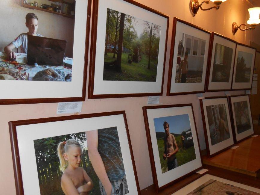 В Славянск привезли фотовыставку «Жизнь переселенцев» (фото) - фото 3