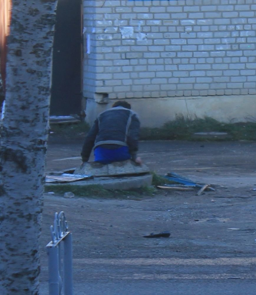 Бомж Юрий Леонидович проживает... в люке, фото-1