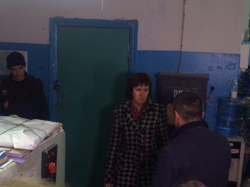 Голова Мариупольского избиркома требует принять бюллетени и провести выборы (фото) - фото 1