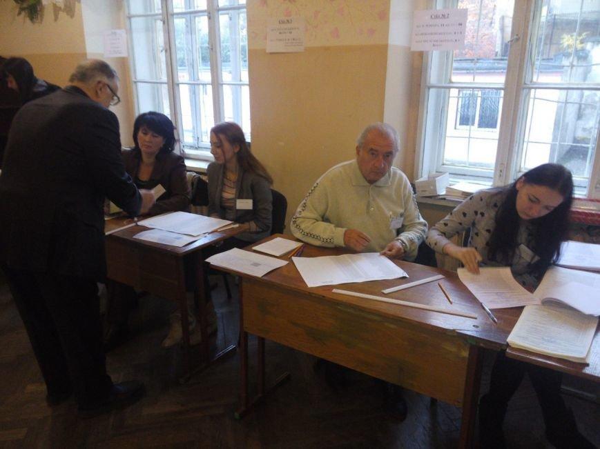 Львів'яни уже приходять на виборчі дільниці і починають голосувати (ФОТО) (фото) - фото 1