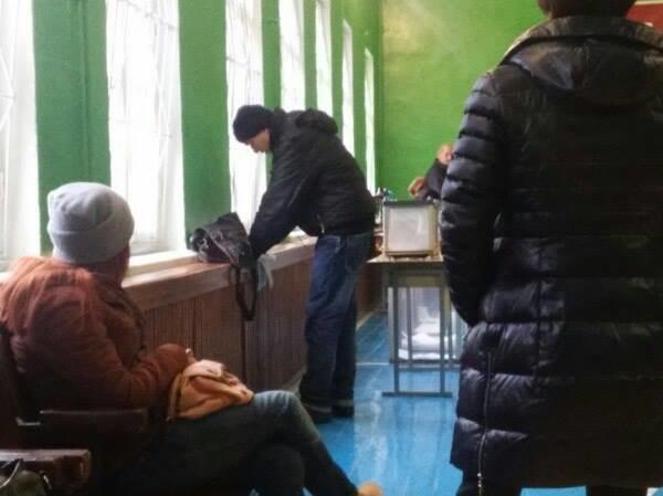 В Сумах голосуют на подоконниках и собирают кабинки для голосования собственными силами, фото-1