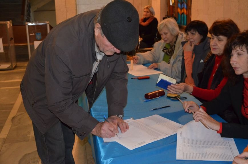В Мариуполе избирателей просят расписаться в выписке из реестра, фото-1