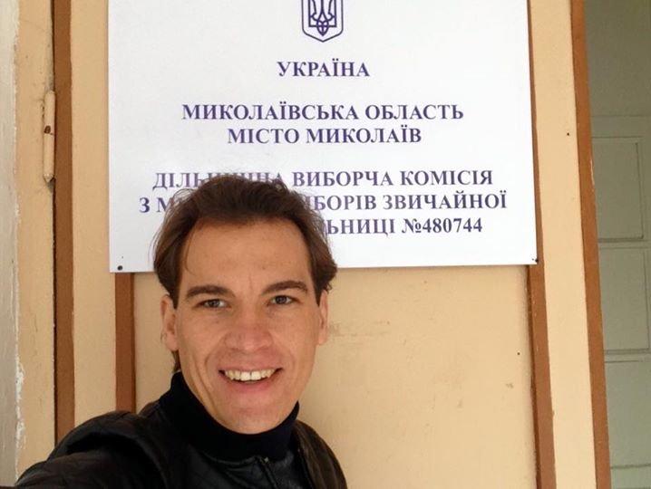 Николаевский депутат Воронов не успустил возможности «заселфиться» на избирательном участке (ФОТО), фото-1