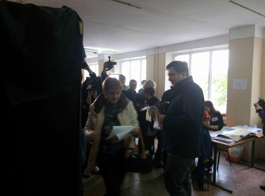 Саакашвили приехал голосовать на велосипеде (ФОТО) (фото) - фото 1