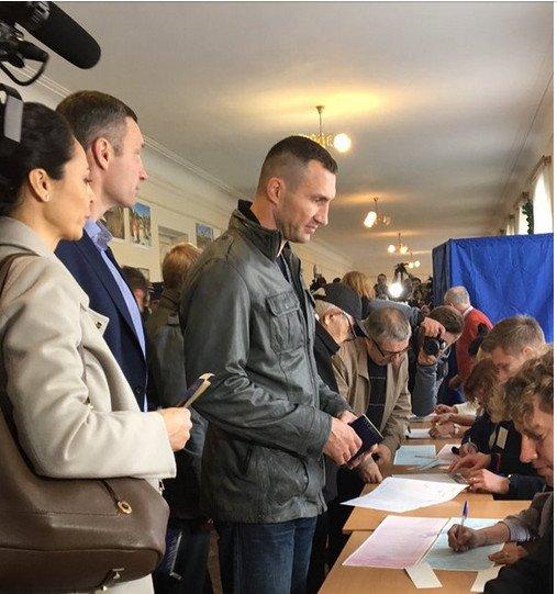 Братья Кличко проголосовали на выборах (ФОТОФАКТ) (фото) - фото 1