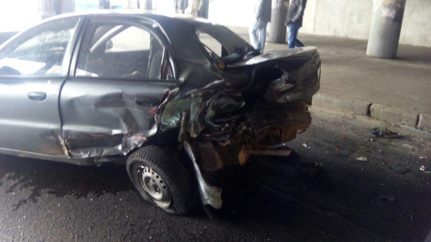 В Киеве под Индустриальным мостом столкнулись три автомобиля, есть пострадавшие (ФОТО) (фото) - фото 1