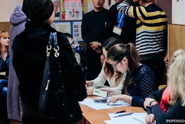 Як голосують кременчужани: фоторепортажі з дільниць та явка виборців станом на 12:00 (фото) - фото 12