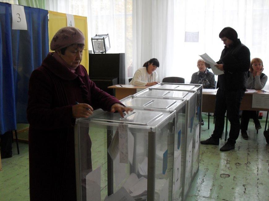 Як голосують кременчужани: фоторепортажі з дільниць та явка виборців станом на 12:00 (фото) - фото 1