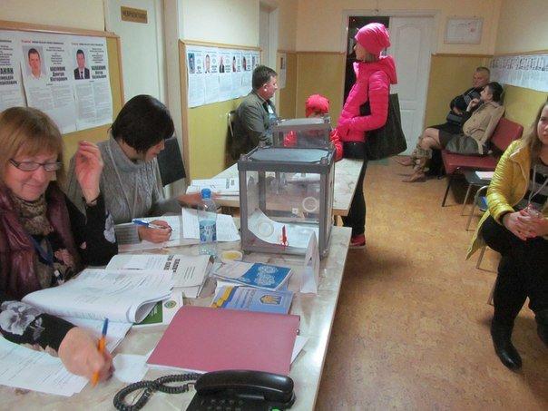 Як голосують кременчужани: фоторепортажі з дільниць та явка виборців станом на 12:00 (фото) - фото 5