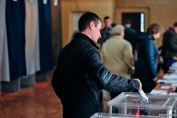 Як голосують кременчужани: фоторепортажі з дільниць та явка виборців станом на 12:00 (фото) - фото 9