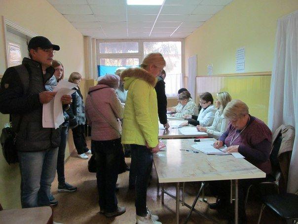 Як голосують кременчужани: фоторепортажі з дільниць та явка виборців станом на 12:00 (фото) - фото 6