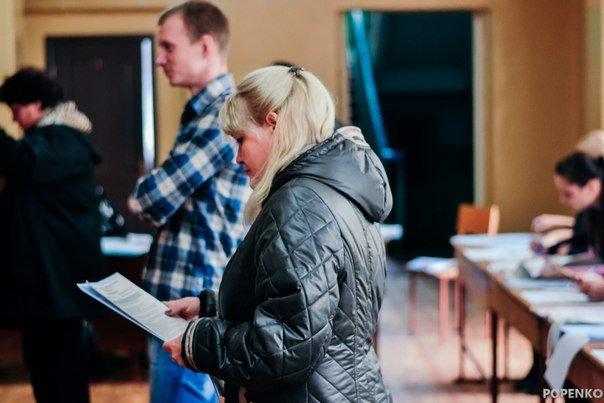 Як голосують кременчужани: фоторепортажі з дільниць та явка виборців станом на 12:00 (фото) - фото 13